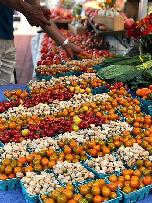 farmers market cherry tomates